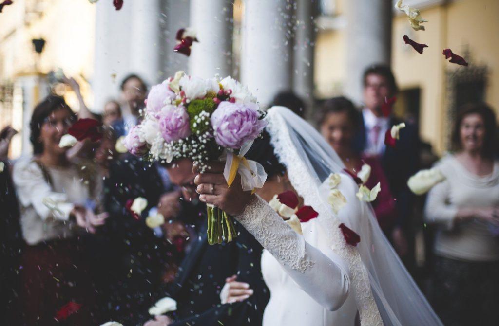 Photographiemariage Sortiedesmaries Ceremonielaique Emotion Mariage Robe Costume